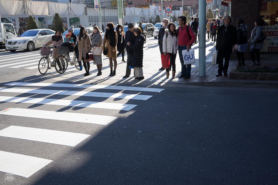 ลืมเล่าว่าตั้งแต่มายังไม่ค่อยเห็นชาวญี่ปุ่นใส่โค้ทกันหนาวสีอื่นนอกจากเอิร์ทโทนหรือดำเลย